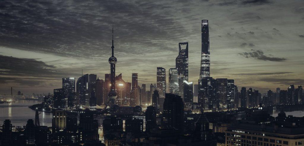 Città distopica con grattacieli