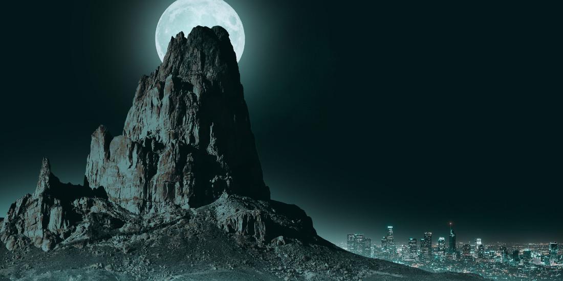 Luna dietro a una montagna appuntita