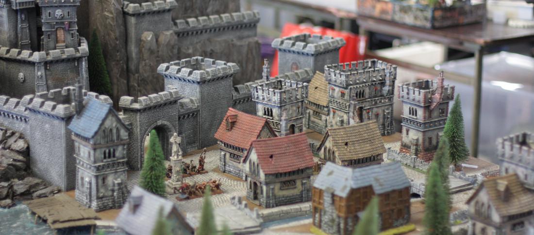 Cittadina medievale in miniatura con un castello