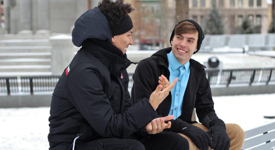 Due ragazzi che parlano da seduti
