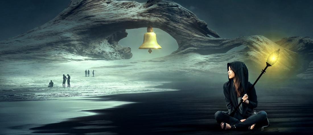 Una ragazza con in mano un lampione e una campana sullo sfondo