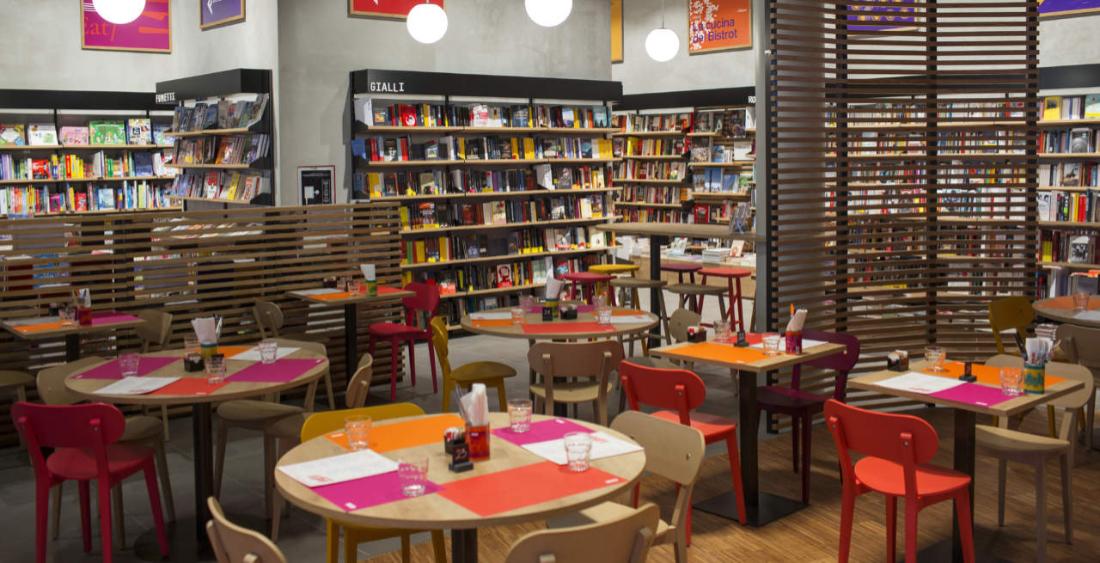 Uno spazio ricreativo dentro una libreria