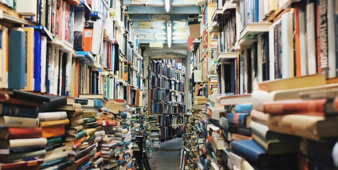 Una montagna di libri ammassati