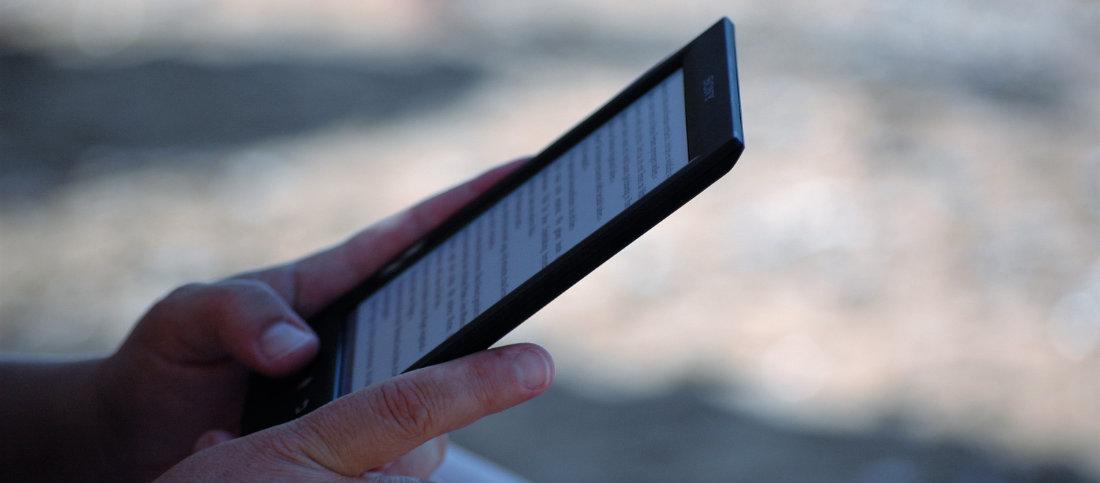 Una persona che sta leggendo da un Kindle