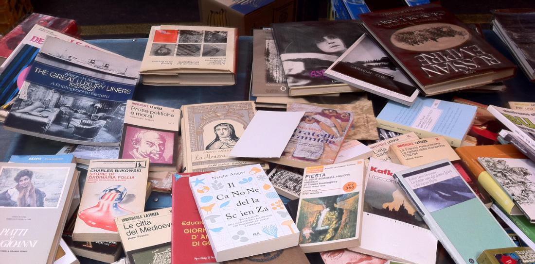 Un tavolo con sopra dei libri