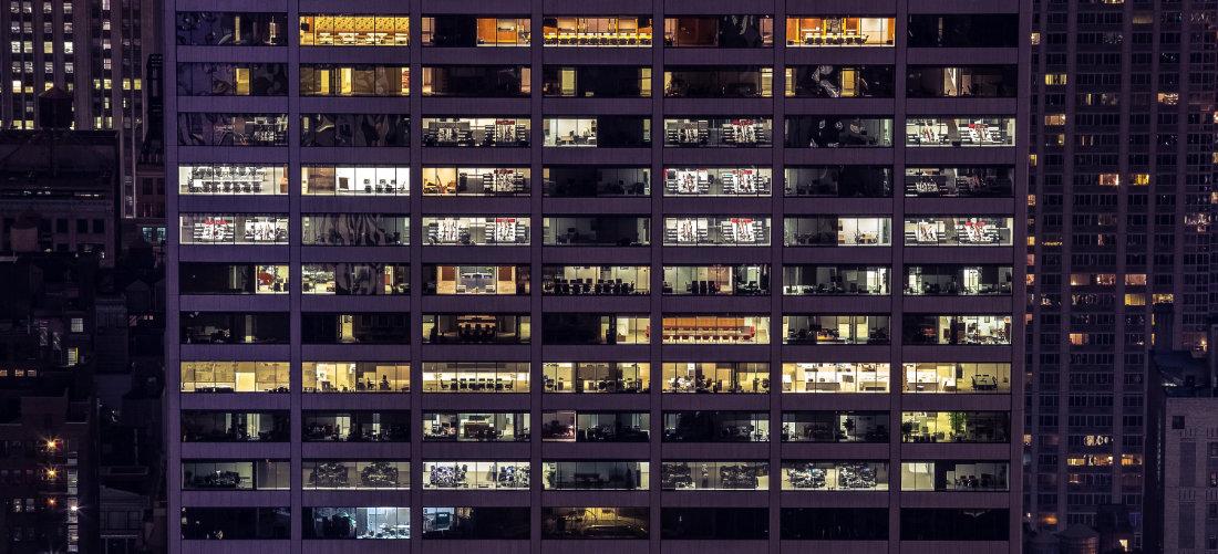 Un conglomerato di appartamenti illuminato di notte