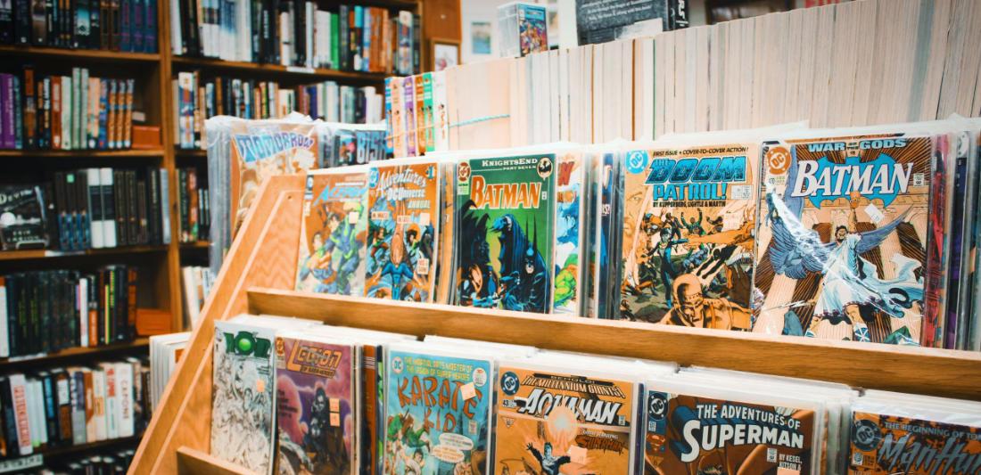 Scaffali con sopra dei fumetti