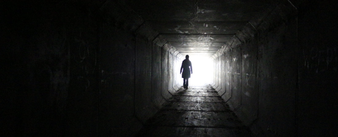 Una persona alla fine di un tunnel