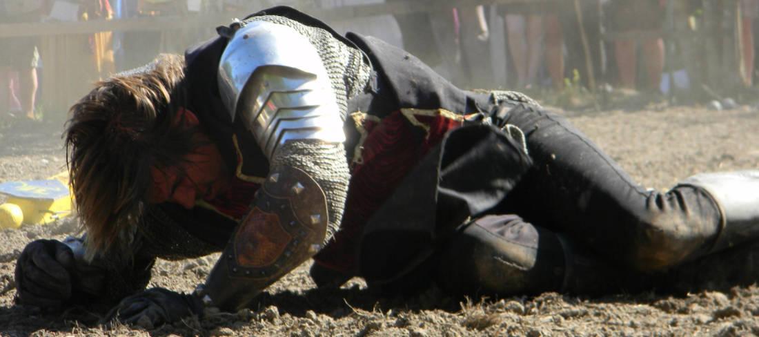 Un cavaliere affranto a terra